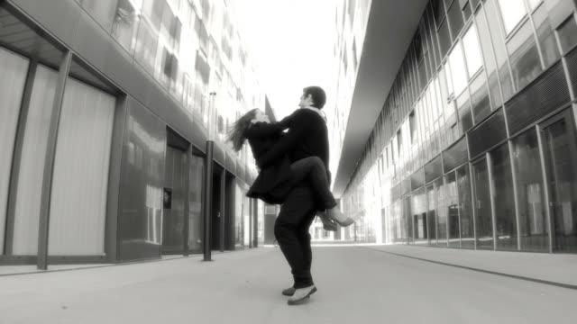 hd スローモーション:愛のカップル - 都市 モノクロ点の映像素材/bロール