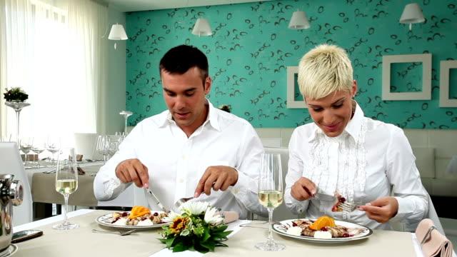 coppia in un ristorante - pancake video stock e b–roll