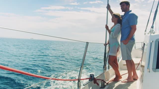 couple in sailing boat - andare in barca a vela video stock e b–roll
