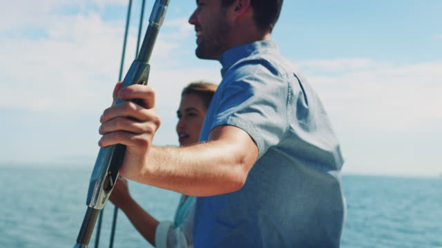 vídeos de stock e filmes b-roll de couple in sailing boat - veleiro