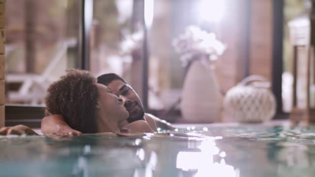 vídeos de stock e filmes b-roll de couple in swimming pool - swim arms