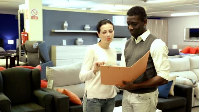 par söker pris moderna material för möbler - looking inside inside cabinet bildbanksvideor och videomaterial från bakom kulisserna