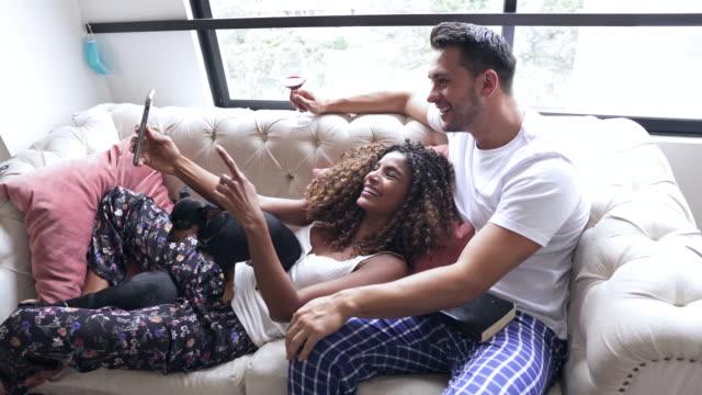 paar macht ein selfie mit dem handy, während die quarantäne covid-19 - lateinische schrift stock-videos und b-roll-filmmaterial