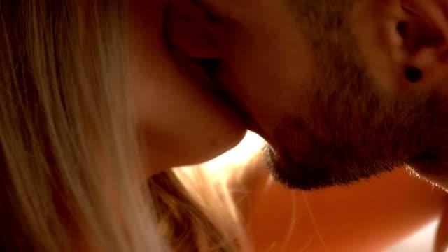 カップルがキスをクローズ アップ。 - キス点の映像素材/bロール