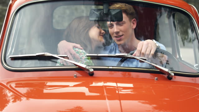 カップルのキスで車 - キス点の映像素材/bロール