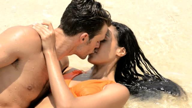 Beso Pareja en el agua - vídeo