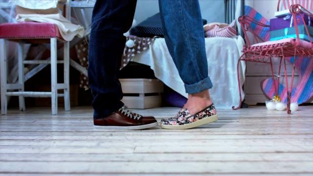 par kyssar inomhus, står flicka på tå att kyssa sin man - närbild på skor - på tå bildbanksvideor och videomaterial från bakom kulisserna