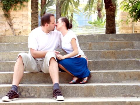 couple kissing on the stairs - 建築物特徵 個影片檔及 b 捲影像