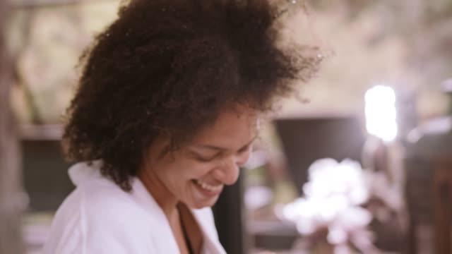 vidéos et rushes de couple en riant au spa - peignoir