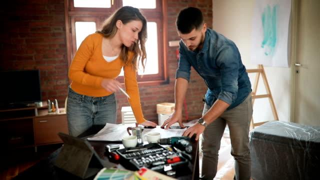vídeos y material grabado en eventos de stock de pareja en planes de renovación en su nuevo hogar - reparador