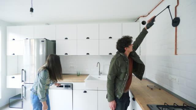 Paar auf der Suche nach einem neuen Ort zu mieten. – Video