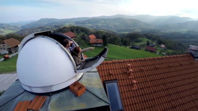 vidéos et rushes de couple à la recherche de observatory - réfracteur