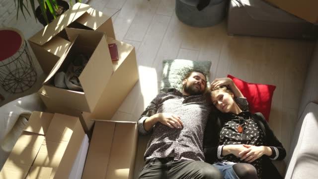 Paar liegt auf dem Boden in neuem Zuhause – Video