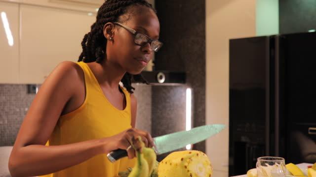 vídeos de stock, filmes e b-roll de casal fazendo refeição saudável na cozinha - fruit salad
