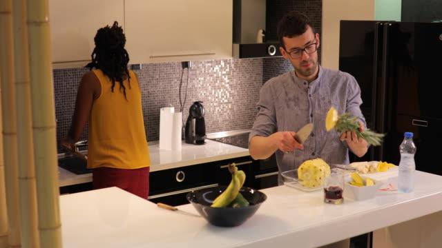 vídeos de stock, filmes e b-roll de refeição saudável fazendo de casal - fruit salad