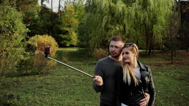 par att göra selfie i parken hösten - gå tillsammans bildbanksvideor och videomaterial från bakom kulisserna