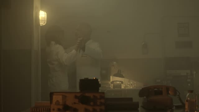함께 춤을 추는 과학자 부부와 실험실 불타는 - 이성 커플 스톡 비디오 및 b-롤 화면