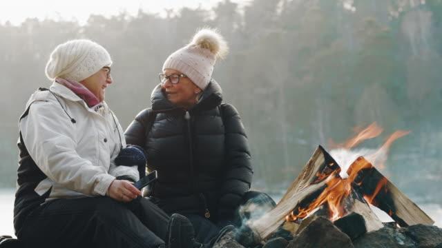 par äldre kvinnor tar selfies vid lägerelden - bål utomhuseld bildbanksvideor och videomaterial från bakom kulisserna