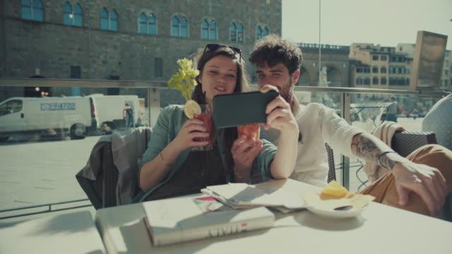 paar von touristen in der bar wird ein selfie in florenz - kartographie stock-videos und b-roll-filmmaterial
