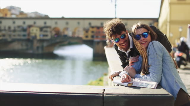 Video Couple of tourists in Florence, travelling around Italy