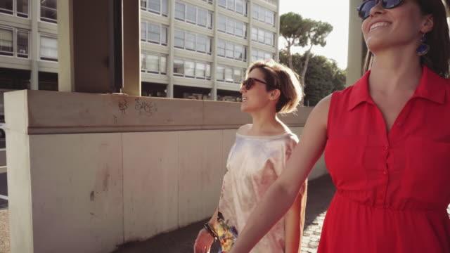 couple of woman friends walking in rome - amicizia tra donne video stock e b–roll