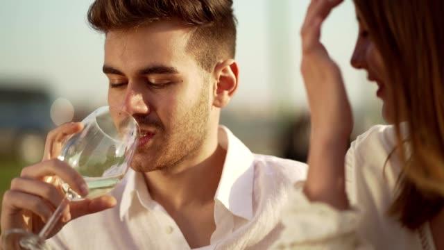 par på picknick datum - vitt vin glas bildbanksvideor och videomaterial från bakom kulisserna