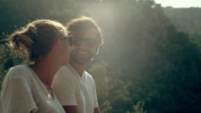 stockvideo's en b-roll-footage met koppel op een road trip. genieten van het uitzicht tijdens pauze - spanje
