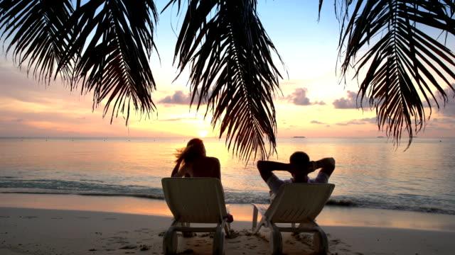 커플입니다 있는 열대 해변 강을 오실 수 있습니다. - 섬 스톡 비디오 및 b-롤 화면