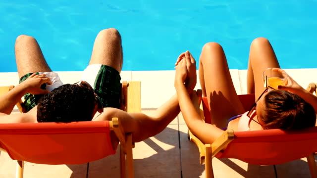 vídeos de stock, filmes e b-roll de casal de férias. - piscina