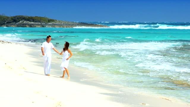 couple on dream vacation island - idyllisk bildbanksvideor och videomaterial från bakom kulisserna