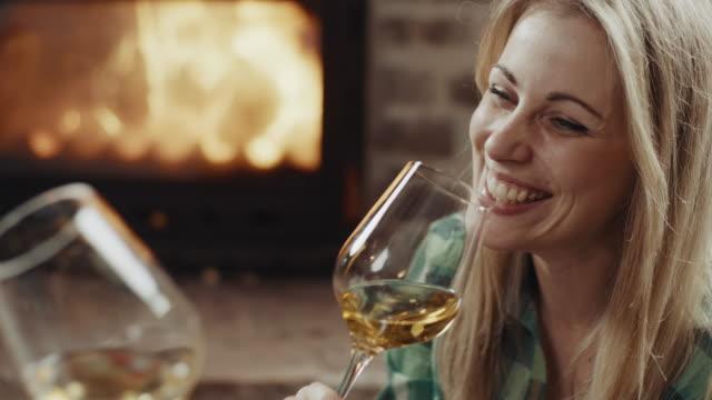 par på romantisk dejt - vitt vin glas bildbanksvideor och videomaterial från bakom kulisserna