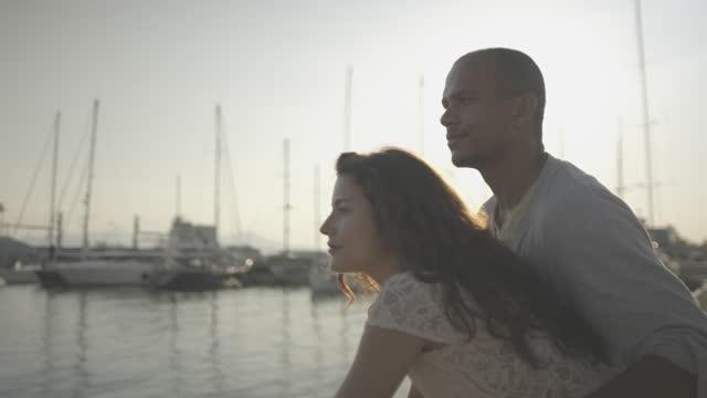 vídeos de stock, filmes e b-roll de casal nas férias de verão - marina