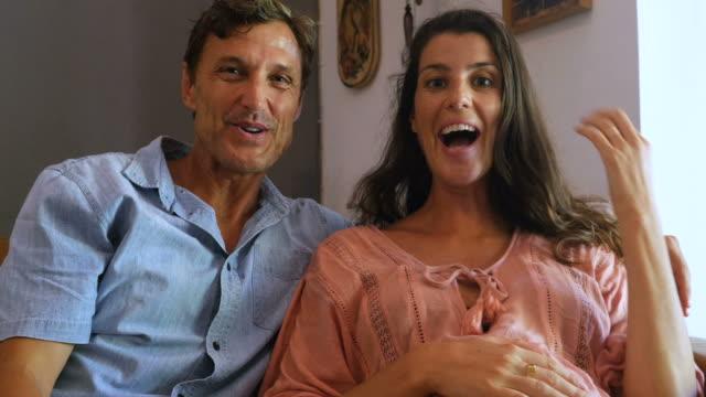 Couple sur appel de vidéoconférence révèle qu'elles sont enceintes - Vidéo