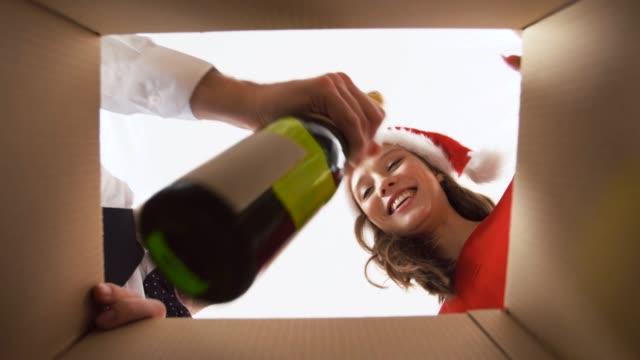 par öppnings låda med champagne på jul afton - wine box bildbanksvideor och videomaterial från bakom kulisserna