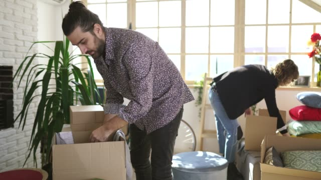 par packning saker i papp kartonger - lagbok bildbanksvideor och videomaterial från bakom kulisserna