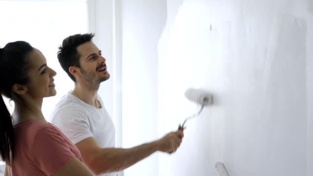 par målar vägg i lägenhet - painting wall bildbanksvideor och videomaterial från bakom kulisserna