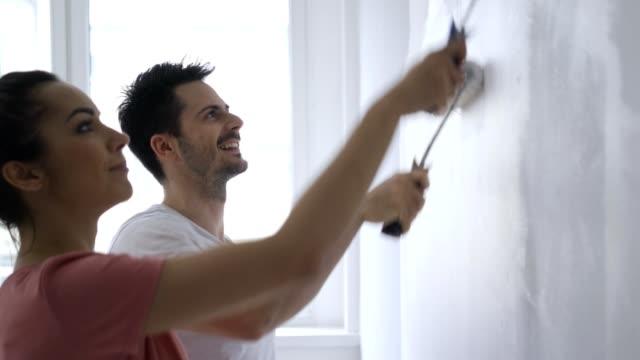 par målar väggar i nytt hem - painting wall bildbanksvideor och videomaterial från bakom kulisserna