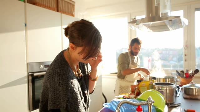 vídeos de stock e filmes b-roll de casal, preparar o almoço na cozinha - cooker happy