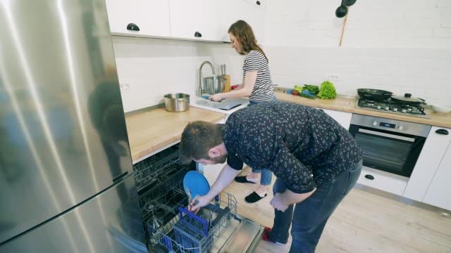 Par preparar a lavar los platos. - vídeo