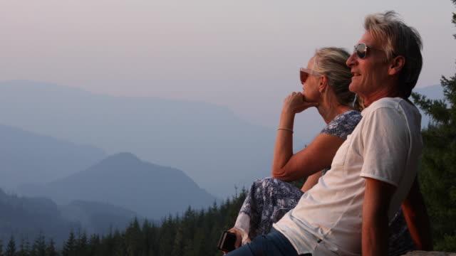 커플에 숲과 산 위의 휴식 - mountain top 스톡 비디오 및 b-롤 화면