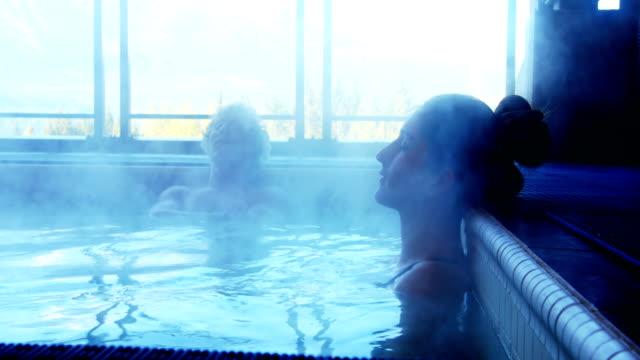 Couple de détente à la piscine - Vidéo