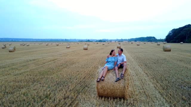 par avkopplande på ett fält med höbalar - gå tillsammans bildbanksvideor och videomaterial från bakom kulisserna