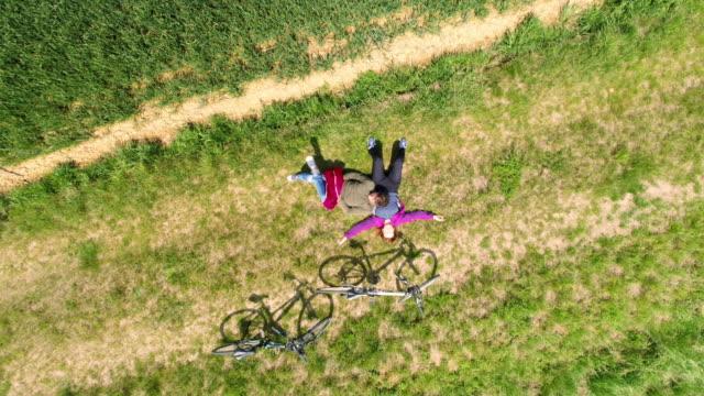 空中カップル草でリラックス - スロベニア点の映像素材/bロール