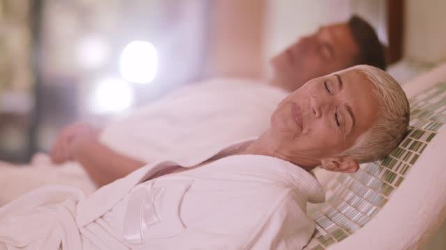 paar auf warmen tepidarium im spa entspannen - sauna und nassmassage stock-videos und b-roll-filmmaterial