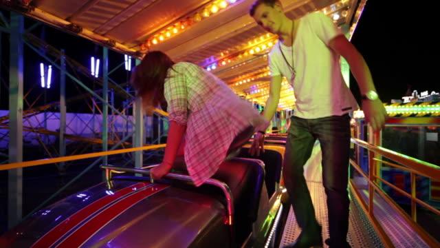 vídeos de stock, filmes e b-roll de casal andando de montanha-russa - rollercoaster