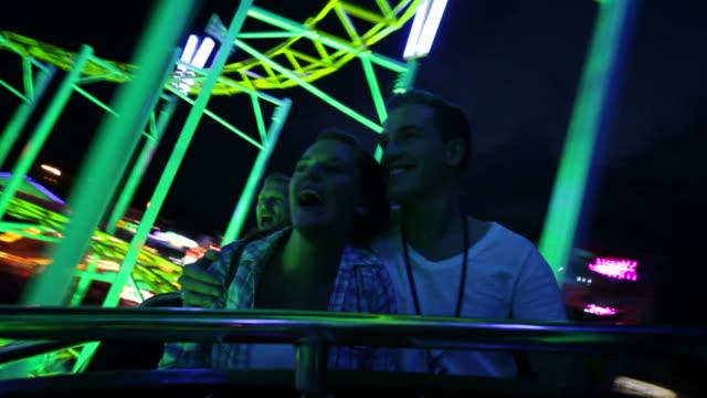 vídeos de stock, filmes e b-roll de casal andando de montanha-russa (parte 3/3 - rollercoaster
