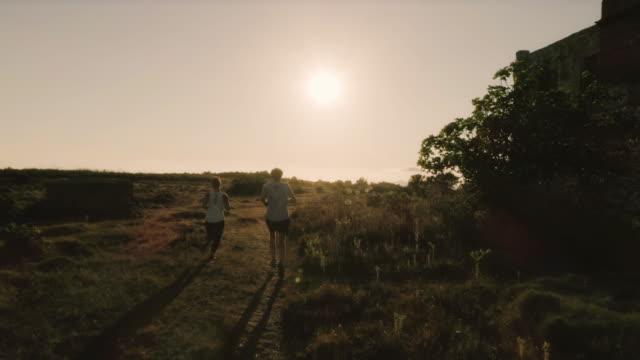 ポンツァ島イタリアの山の上に実行しているカップル - 田舎のライフスタイル点の映像素材/bロール