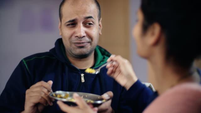 Par compartir y alimentar comida uno al otro. - vídeo