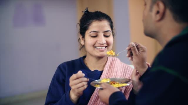 Casal de compartilhamento e alimentar-se uns aos outros. - vídeo
