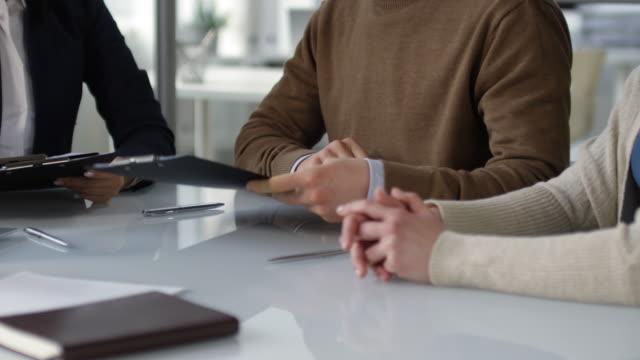 vidéos et rushes de accord prénuptial signé en couple au notaire - notaire